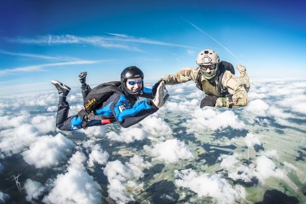 Rekordowe 50 skoków spadochronowych w jeden dzień